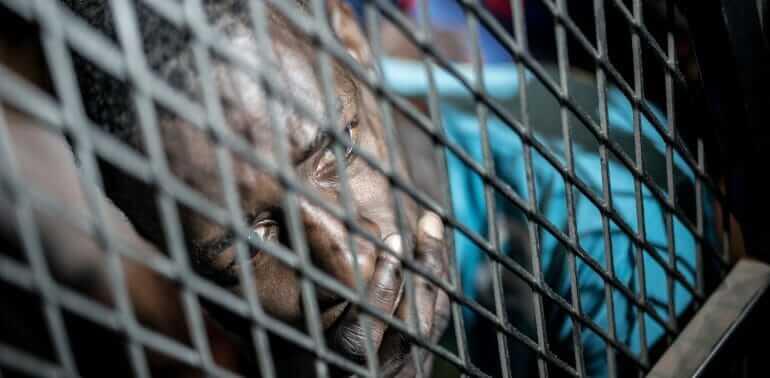 © Taha Jawashi   Migrants capturés par la police de lutte contre l'immigration clandestine à Tripoli (Libye).