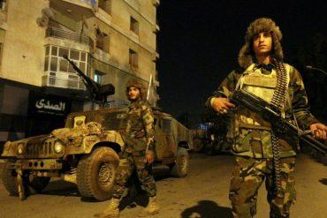 Des membres des forces loyales au maréchal controversé Khalifa Haftar, patrouillent les routes menant à l'est de la ville libyenne de Benghazi, le 7 février 2018