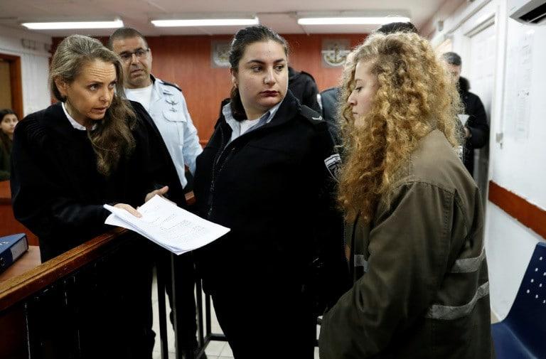L'adolescente palestinienne Ahed Tamimi arrive au tribunal militaire d'Ofer pour l'ouverture de son procès, le 13 février 2018