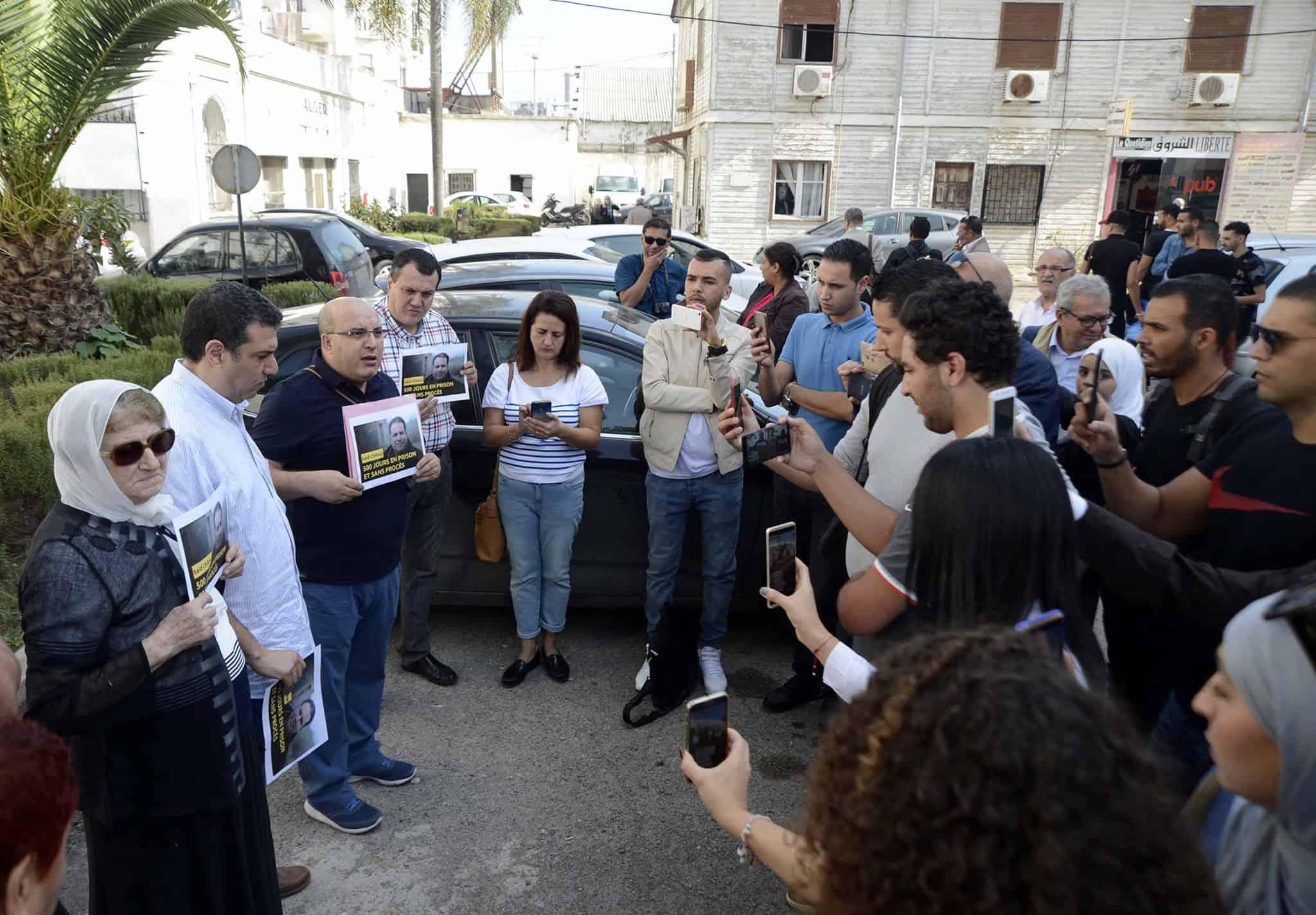 Des membres de la famille et des dizaines de journalistes et militants des droits de l'homme ont tenu, aujourd'hui à Alger, un rassemblement en soutien au journaliste et fixeur, Saïd Chitour, détenu depuis 16 mois (508 jours) sans jugement.