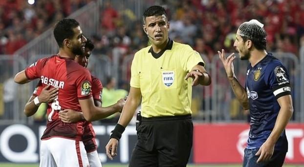 Passé complètement à côté du match de la finale aller de la Ligue des Champions d'Afrique ayant opposé le 2 novembre dernier au stade Bordj Arab le Ahly du Caire à l'Espérance de Tunis, le référé international algérien Mehdi Abid Charef n'est pas prêt d'arbitre un autre match en Afrique.
