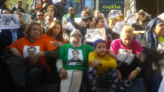 """Plusieurs artistes et militants ont répondu aujourd'hui 17 novembre à l'appel du comité de soutien à Kamel Bouakkaz et autres personnalités arrêtées """"arbitrairement"""" depuis quelques semaines."""