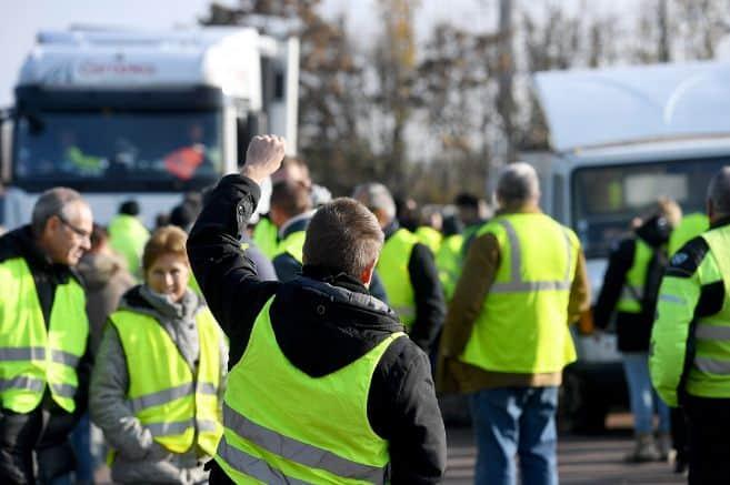 """Plus de 283.000 """"gilets jaunes"""" ont protesté samedi, 17 novembre, dans toute la France contre la hausse des taxes sur le carburant et la baisse du pouvoir d'achat, au sein de 2.000 rassemblements parfois tendus qui ont entraîné des accidents faisant un mort et 227 blessés. Sept personnes ont été grièvement blessées, dont un policier, a annoncé le ministère de l'Intérieur lors d'une conférence de presse."""