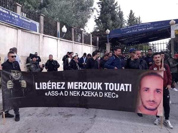 """La marche """"des libertés"""" pour Marzouk Touati a été empêchée aujourd'hui, 20 novembre par un impressionnant dispositif sécuritaire. La police a procédé à l'arrestation de plusieurs militants et journalistes."""