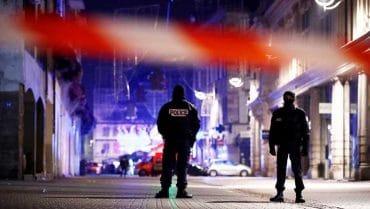 Le bilan de l'attaque sur le marché de Noël de Strasbourg mardi soir a une nouvelle fois été corrigé mercredi matin, 12 décembre, par la préfecture du Bas-Rhin, qui fait de nouveau état de trois personnes décédées et treize blessées.