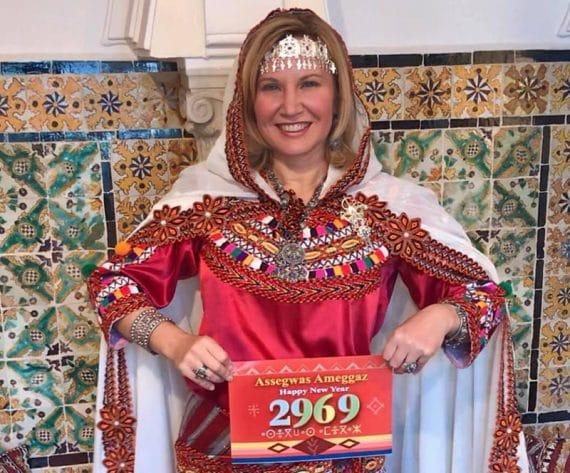 C'est en tenues amazighs queKaren Rose, épouse de l'ambassadeurdes Etats-Unis en Algérie JohnDesrocher, a décidé de souhaiter aux algériens Assegwas Ameggaz, pour l'an 2969.