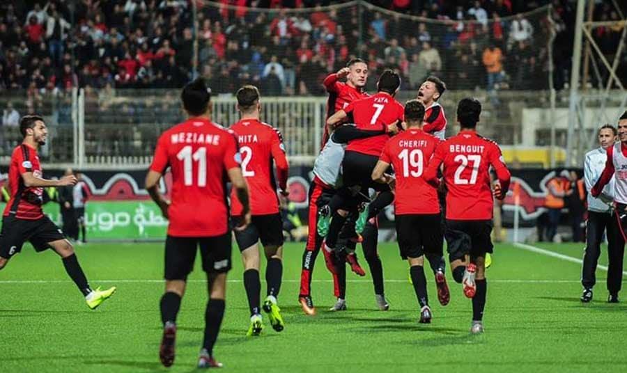 L'USM Alger a repris ses distances sur la JS Kabylie après sa victoire acquise, samedi après-midi, au stade Bologhine, pour le compte de la 19e journée, devant la JS Saoura sur le score de 2 buts à 0.