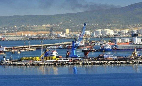 """Le groupe Sonatrach et l'entreprise chinoise China Harbour Engineering Company (CHEC) ont signé lundi à Alger un contrat portant sur l'étude, la fourniture et la construction d'une jetée maritime GNL et des infrastructures maritimes et portuaires localisées dans le port d'hydrocarbures de Skikda dénommé """"El Djedid"""""""