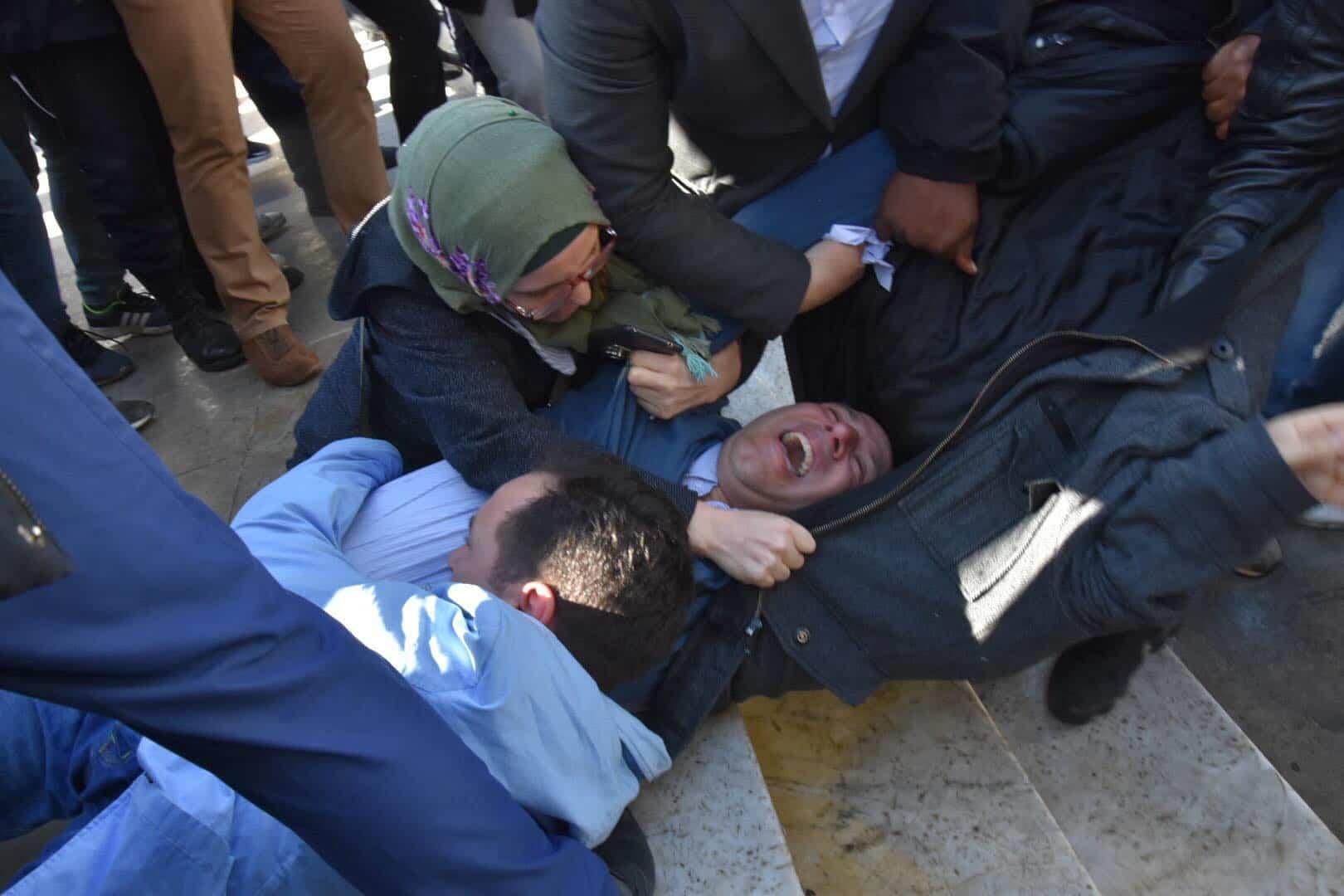 La police a procédé, aujourd'hui, 28 février, à l'interpellation de plusieurs journalistes venus manifester à la place de la Liberté de la Presse, à Alger, pour réclamer la liberté de l'information et exprimer leur rejet du système mis en place.