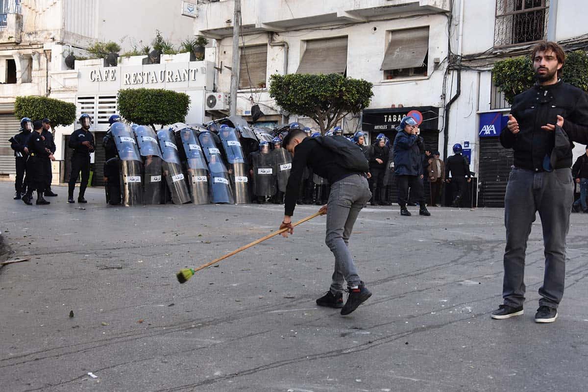 Des centaines de milliers d'étudiants ont réussi à marcher hier, 26 février, dans toutes les wilayas du pays. À Alger, les étudiants ont réussi à sortir dans la rue malgré les dispositifs sécuritaires déployés devant les universités pour empêcher les étudiants de sortir.