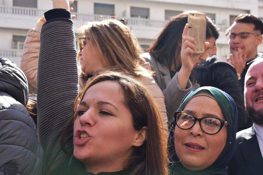 Deux manifestantes au milieu de la foule scandent des slogans contre le 5e mandat