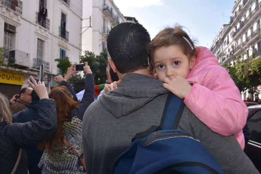 Malgré les gaz Lacrymogène, ce papa a préféré venir à la manifestation avec sa petite fille âgée de quelques années.