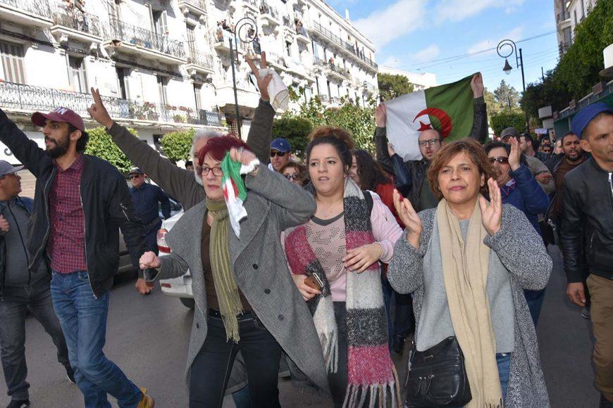Les manifestants chassés par les forces anti-émeutes de la place Audin, se dirigent vers la rue Didouche Mourad.