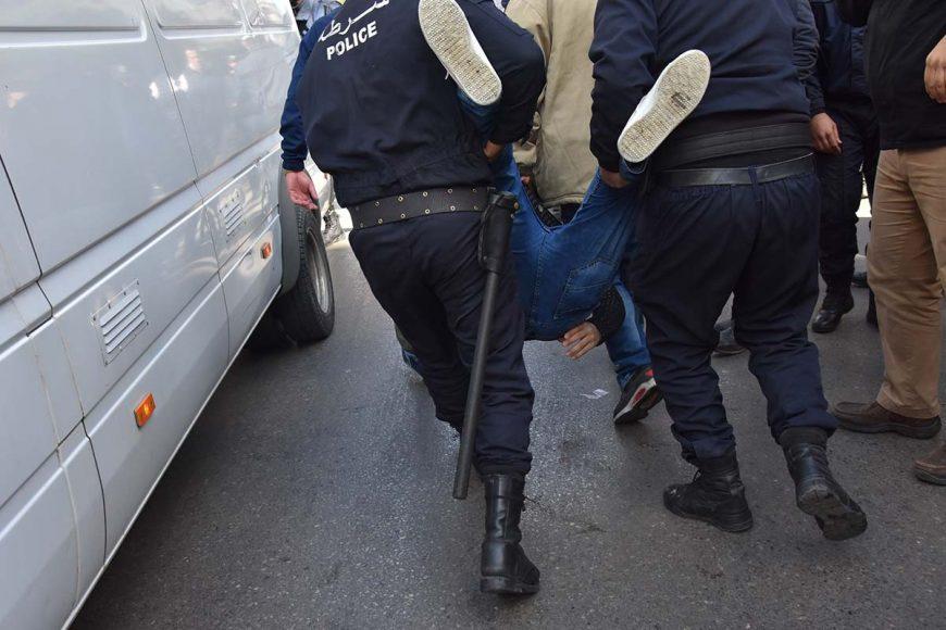 Image du Jour. Les agents de police trimballent ce manifestant afin de le mettre dans le fourgon cellulaire.