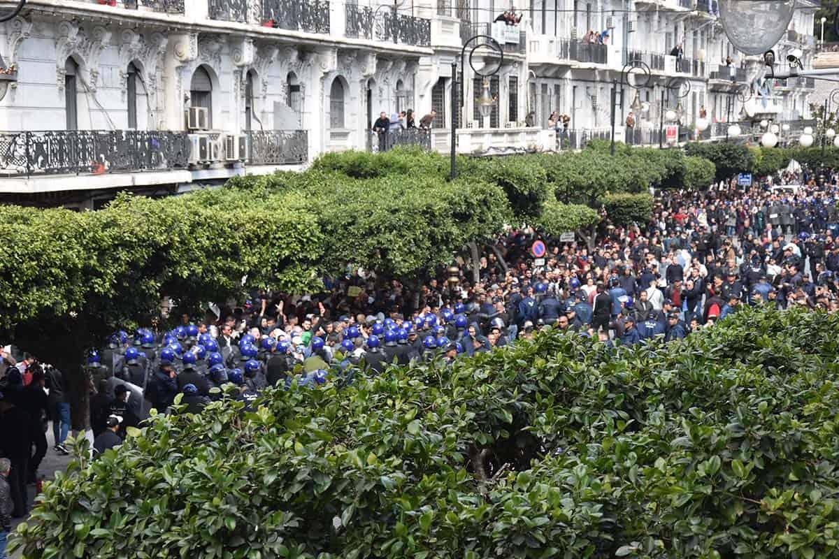 Plusieurs centaines de manifestants ont exprimé aujourd'hui 24 février, leur rejet pour un cinquième mandat de l'actuel président de la république Abdelaziz Bouteflika, qui s'est porté officiellement candidat pour briguer un nouveau mandat. Des dizaines de protestataires ont été interpellés. Certains sont relâchés et d'autres sont toujours en détention dans les commissariats de la capitale.