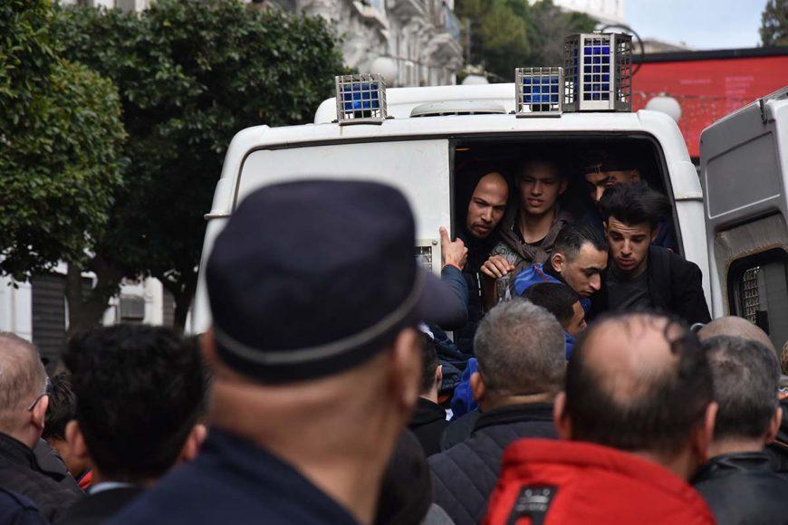 embarcation des manifestants dans le fourgon cellulaire de la police.