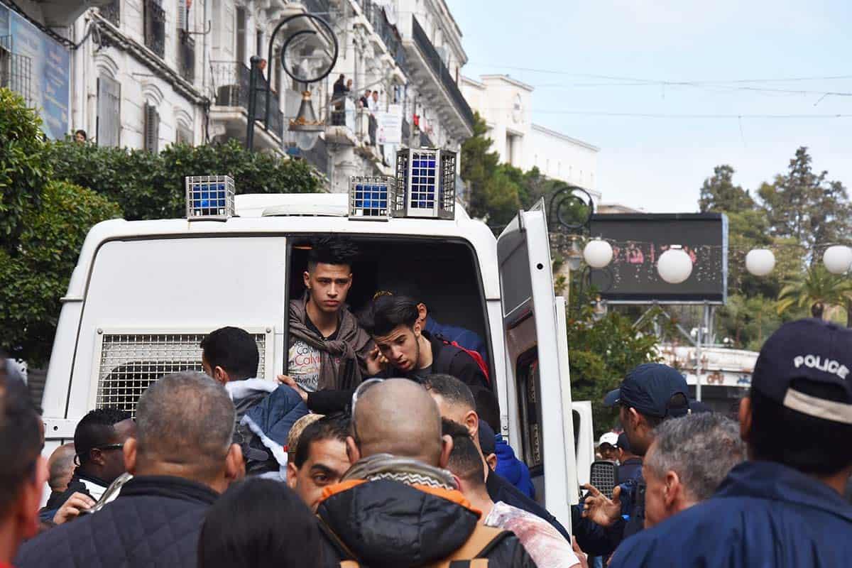 © NTERLIGNES | Embarcation des manifestants dans le fourgon cellulaire de la police.