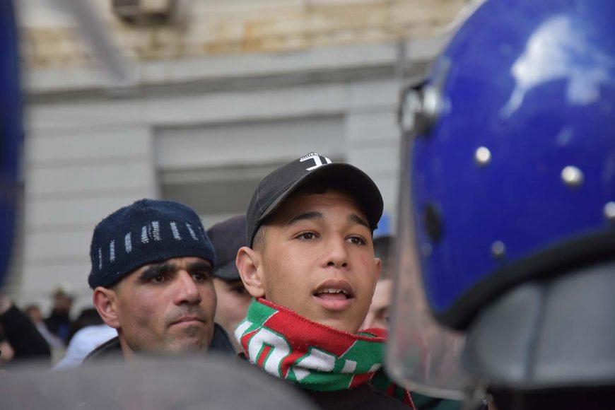 Ce jeune manifestant est aussi supporter du Mouloudia d'Alger(MCA). Son écharpe le prouve largement!