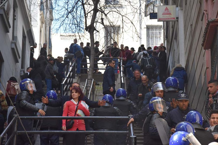 Cette femme n'a pas choisi le on moment pour passer par là! Heureusement ce policier en civile l'a protégé des CRS qui chassaient les manifestants.