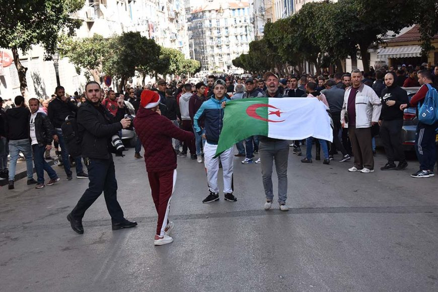 Ces jeunes protestataires qui fuient les CRS qui les ont chargé.