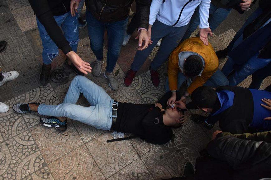 Un manifestant qui s'évanouie après le lancement de gaz lacrymogène par les CRS.