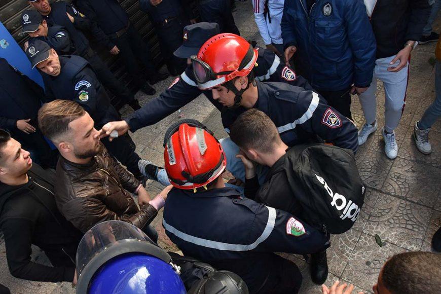 Les agents de la protection civile qui viennent en aide au jeune manifestant qui s'est évanouie à cause du gaz lacrymogène.