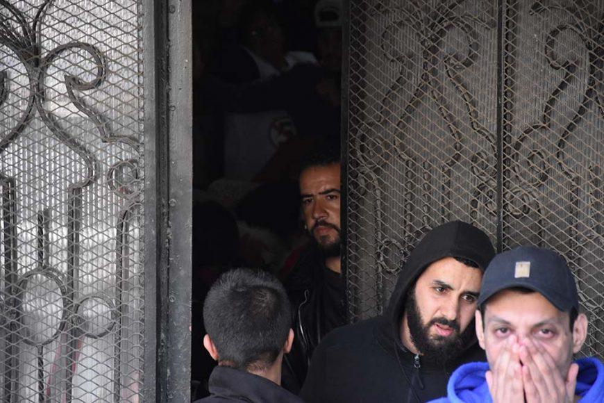 Quelques manifestants qui ont trouvé refuge dans la cage d'escaliers de cet immeuble en face de la place Audin, ou se déroulait la manifestation.