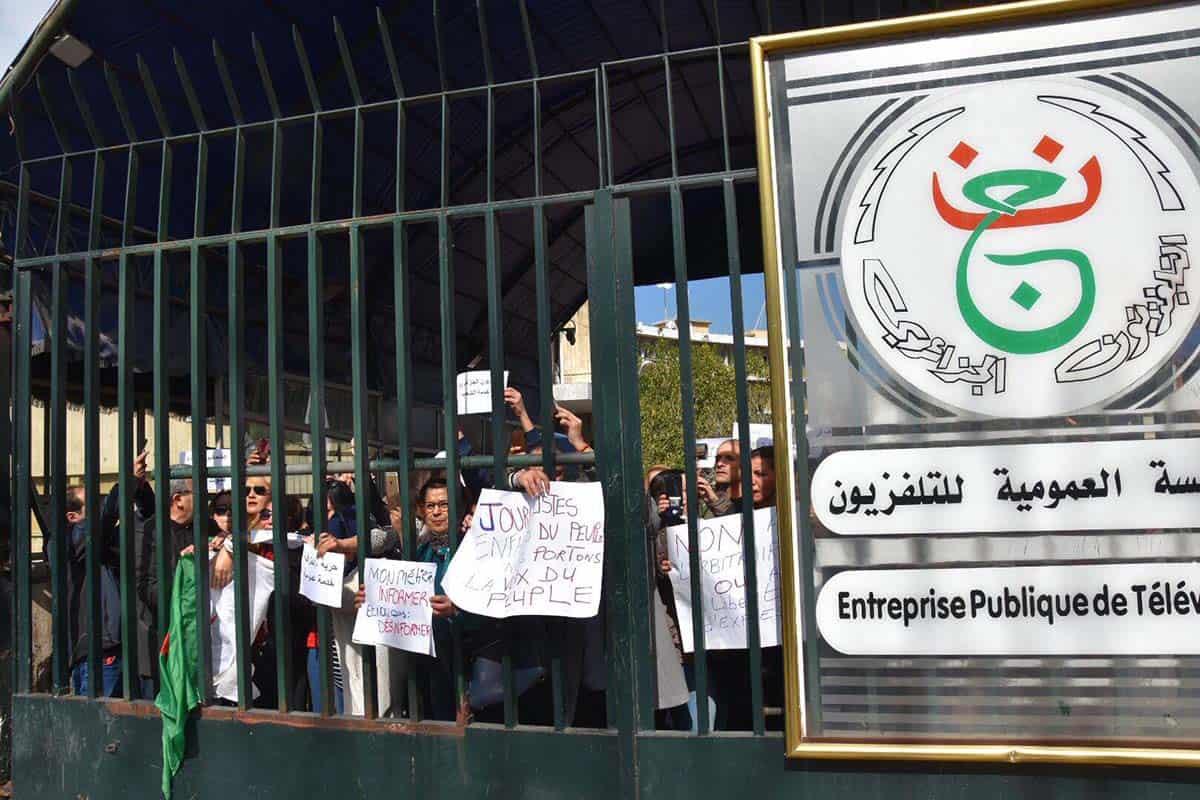 Une centaine de journalistes de la télévision nationale (ENTV) ont organisé aujourd'hui, 27 février un rassemblement au siège de la télévision sis au boulevard des martyrs à Alger. Ils dénoncent le censure imposée par leur direction.