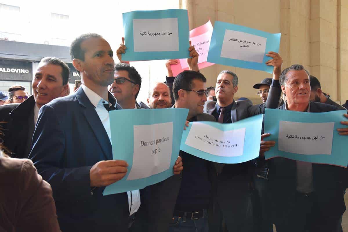 Le groupe parlementaire du front des forces socialistes (FFS) a tenu une action de protestation, aujourd'hui, lundi 25 février, à l'intérieur du siège du parlement pour protester contre la violence et la violation des libertés fondamentales et réclamer le changement du système de gouvernance.