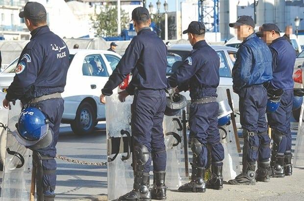 """Des centaines de policiers sont déployés dans le centre de la capitale, aujourd'hui 24 février, suite à l'appel à la manifestation lancé par le mouvement Mouwatana pour dénoncer le """"Forcing"""" de l'actuel président de la république Abdelaziz Bouteflika qui s'est présenté pour briguer un cinquième mandat."""