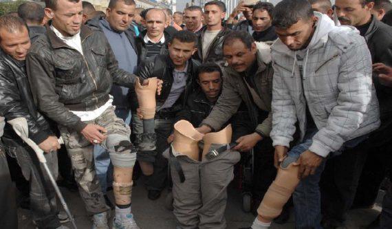 Les 2000 membres de la coordination des anciens de l'ANP, qui comprend des retraités, des blessés, des radiés et des veuves, devaient se rendre samedi passé à la salle Betchine, au centre ville de la wilaya de El Tarf où devait se tenir leur rassemblement national, ont été empêchés d'atteindre leur lieu de manifestation par les services de sécurité qui ont érigé des barrages de contrôle de la police et de la gendarmerie le long des routes principales. Les manifestants voulaient se rendre en Tunisie pour tenir leur rassemblement.