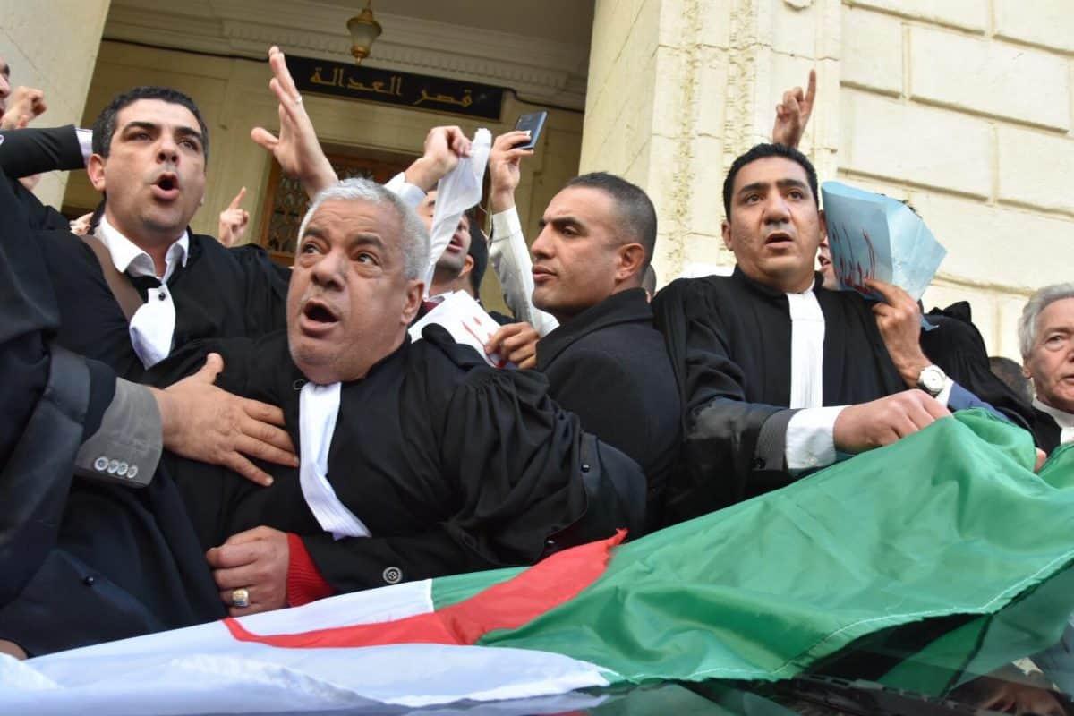 Plusieurs dizaines d'avocats ont organisé, aujourd'hui 25 février, un rassemblement devant le tribunal Abane Ramdane à Alger. Ils demandent le respect des lois et la Constitution et dénoncent le 5ème mandat du chef de l'Etat.