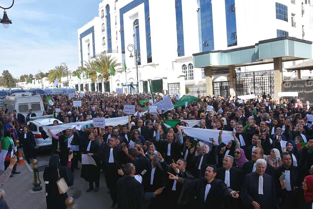 Des centaines d'avocats ont pris d'assaut, aujourd'hui 7 mars, le conseil constitutionnel pour demander à Tayeb Belaiz, président de cette institution, d'appliquer la loi et ne pas être au service d'un clan.