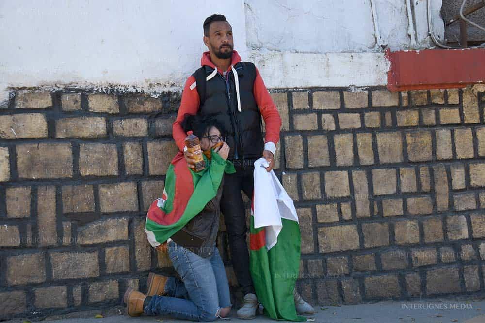 Des photos très expressives. Durant la manifestation du vendredi 1 mars, qui a commencé avec les fleurs, et qui s'est terminé avec de violents affrontement à quelques centaines de maitres du palis d'El Mouradia.