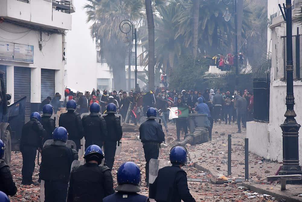 """Aujourd'hui, 8 Mars, Plusieurs millions d'algériens ont envahi les rues pour dire non au cinquième mandat de Abdelazi Bouteflika. À Alger, un groupe de """"casseurs"""" a tout essayé pour transformer la manifestation pacifiques en heurts. Plusieurs blessés sont à déplorer."""