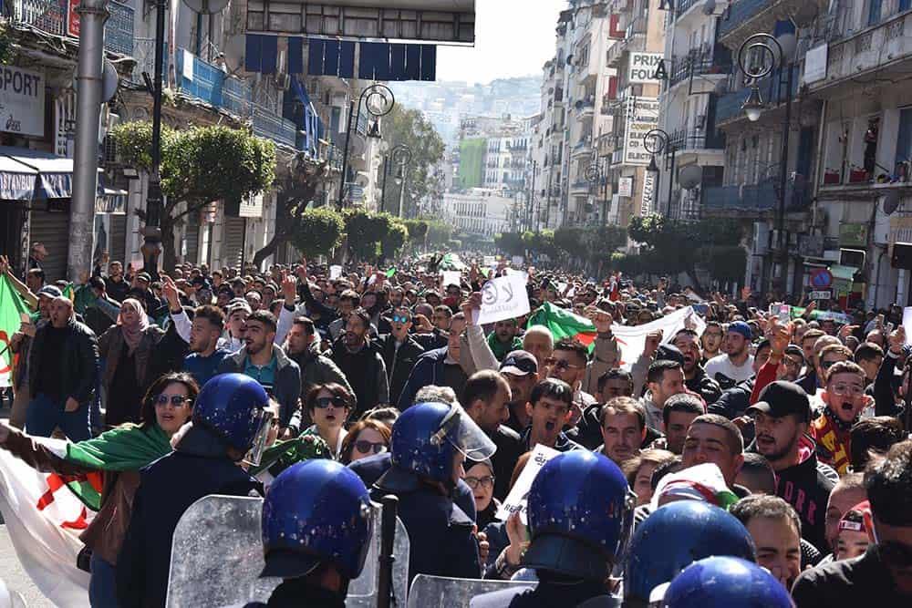 Foule des manifestants dans la rue de Hassiba Ben Bouali à Alger centre