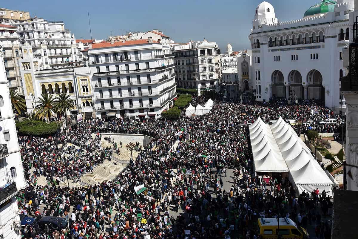 © Interlignes MEDIA | Des milliers d'étudiants manifestent le 12 mars à la Grande poste Alger