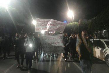 """Quelques heures à peine après l'annonce faite par le président Abdelaziz Bouteflika qui porte sur le report des élections et son renoncement à un cinquième mandat, plusieurs dizaines de manifestants sont sortis dans la capitale pour demander le départ de """"tout le système""""."""