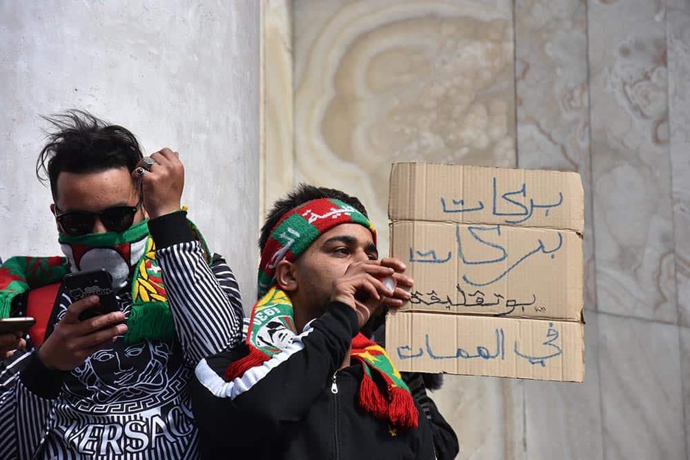 A quelques semaines d'une élection présidentielle controversée par toute la population, sortie dans les rues de toutes les régions du pays, s'opposant à un cinquième mandat de l'actuel président de la république Abdelaziz Bouteflika, les slogans de la jeunesse née sous le règne du président impotent sont cette fois-ci, ceux des stades. Le chant préféré des manifestants est celui des supporters du club appartenant à l'homme d'affaire Ali Haddad, USMA, bras droit de la famille présidentielle.