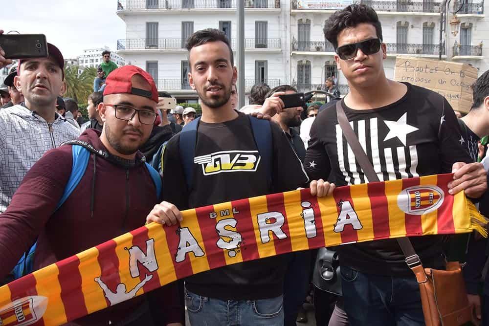 Crédit photo : INTERLIGNES MEDIA | Un supporters de l'USMA venu manifester devant la grade poste à Alger, le 05 mars 2018