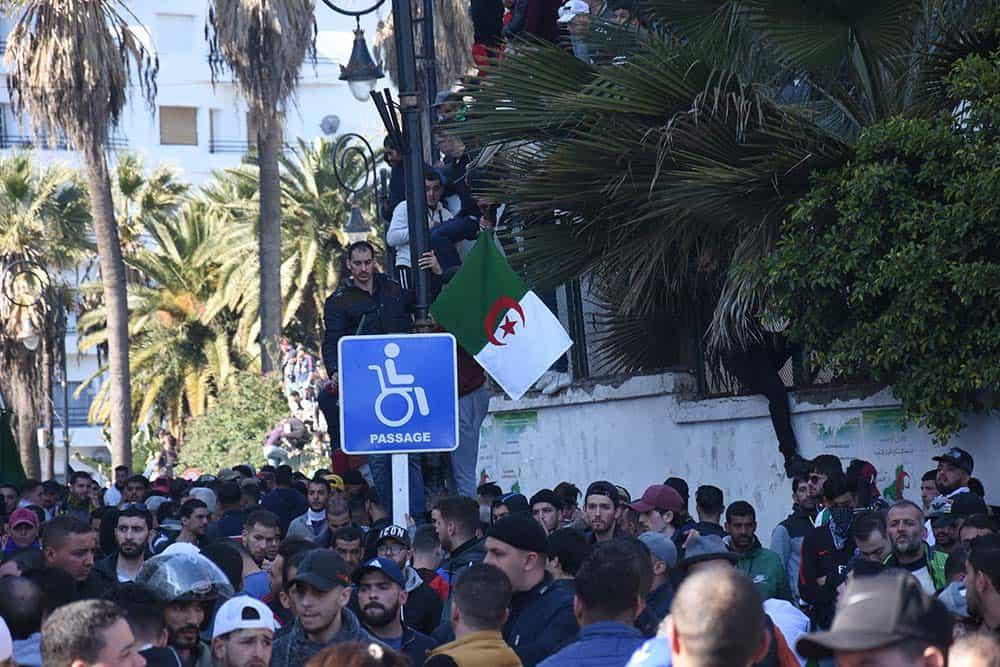 Manifestants bloqués devant le rond point des beaux arts.