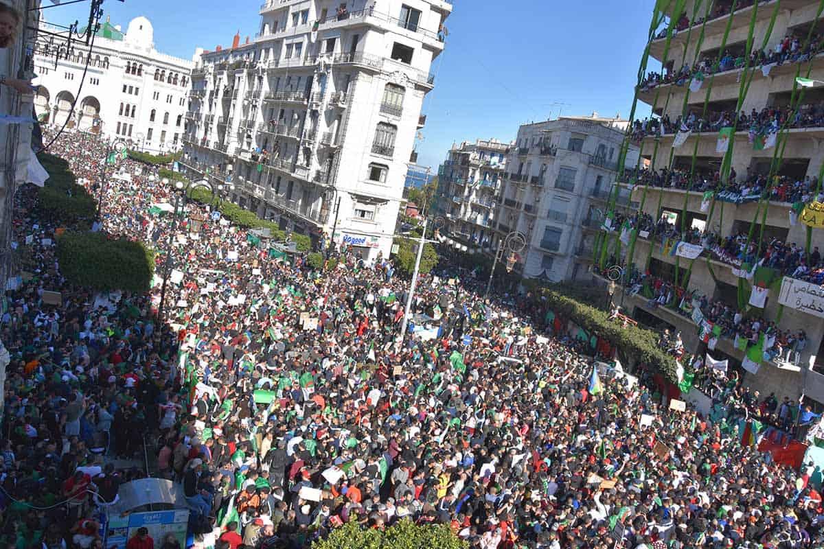 Pour le quatrième vendredi consécutif, dans une ambiance festive, plusieurs dizaines de milliers de manifestants sont sortis exprimer à Alger leur rejet des décisions annoncées par le« chef de l'état». Ils demandent le départ immédiat et sans condition de tout le «système».