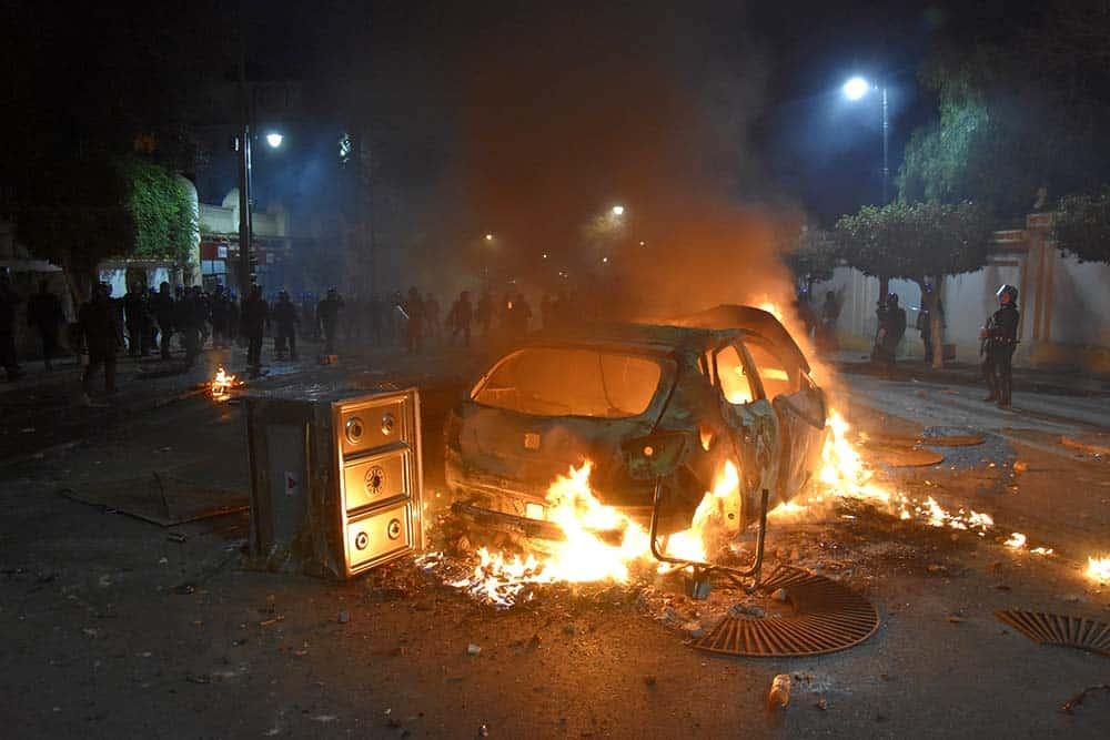 Véhicule brulé et cuisinière brûles devant l'hôtel Saint Georges