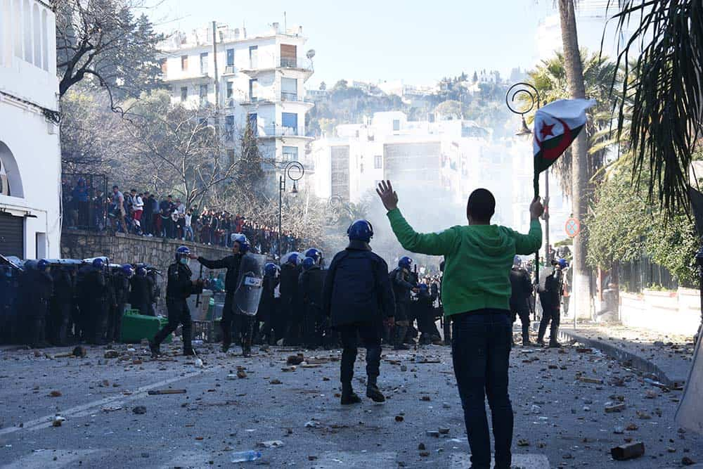Un groupe de manifestants demandent aux CRS et manifestants d'arrêter les affrontements