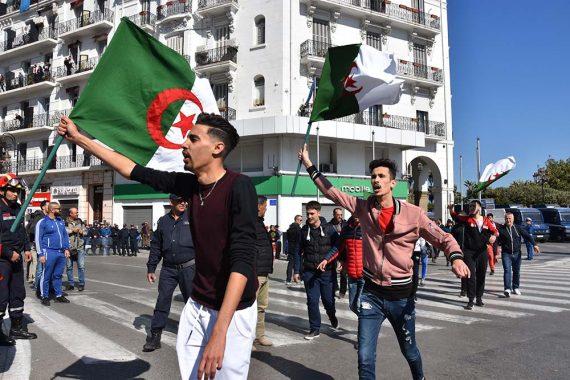 Quelques manifestants qui défilent devant la grande poste avec des drapeaux