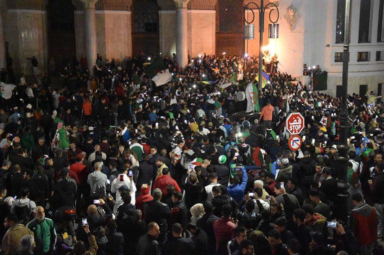 """Quelques minutes après le dépôt de la lettre de démission du président Abdelaziz Bouteflika au conseil constitutionnel sous la pression de la rue et du général Gaid Salah qui s'est montré très ferme et déterminé, hier 02 avril, la rue à tout se suite réagit à cette annonce et demande """"le départ de tout le système""""."""