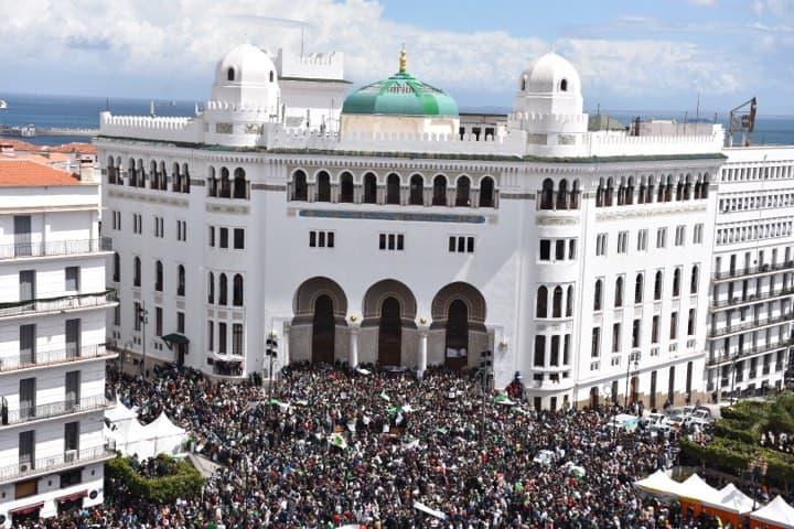 © INTERLIGNES | Manifestation devant la grande poste à Alger