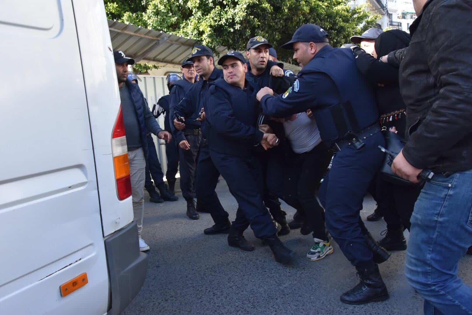 © Interlignes, photo archive| Arrestation des étudiants lors des manifestations contre le pouvoir et la désignation de Bensalah à la tête de l'Etat