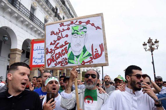 Pancarte contre Gaid Salah