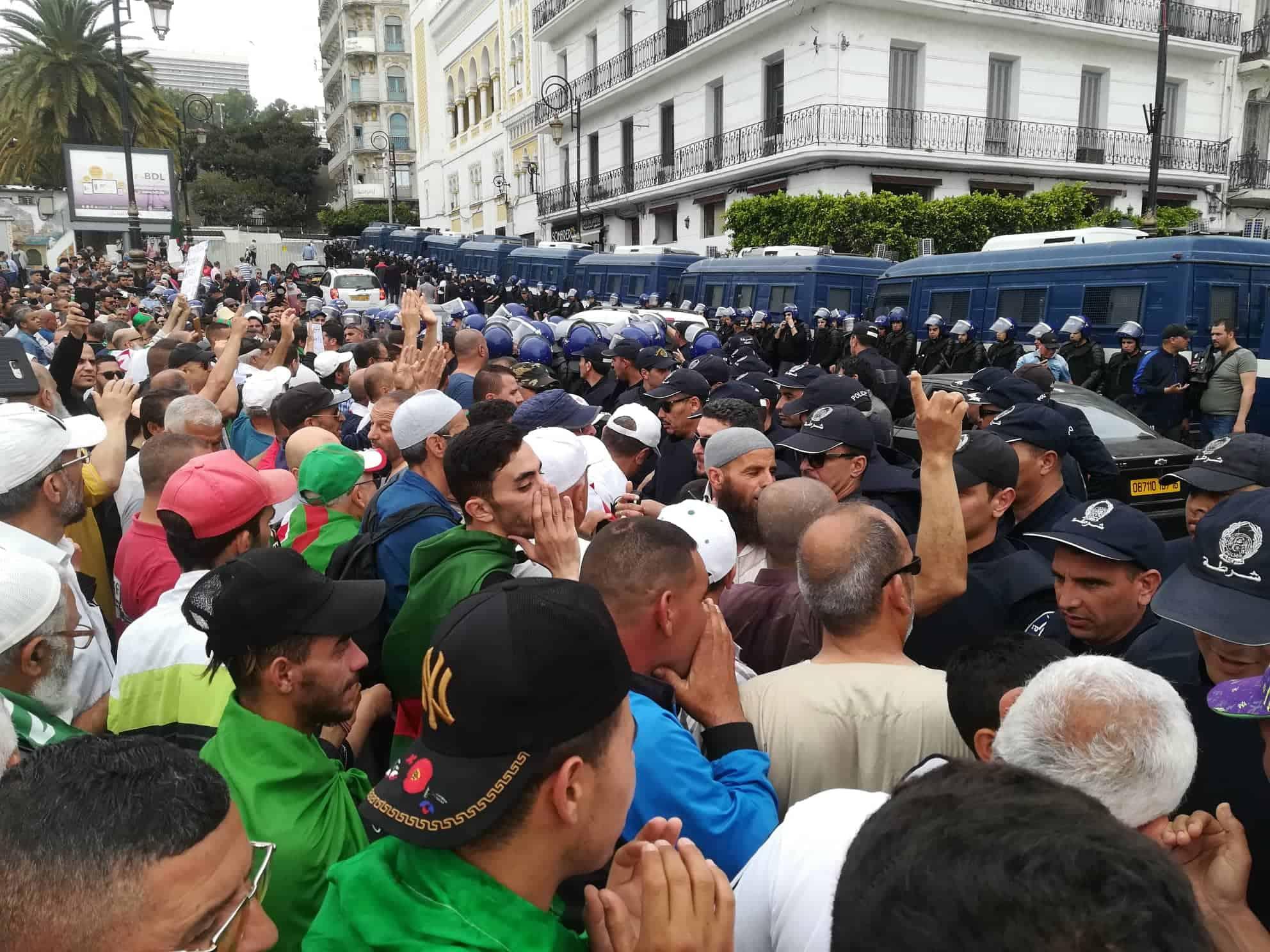 Manifestants bloqués par les fourgons de police devant la grande poste à Alger
